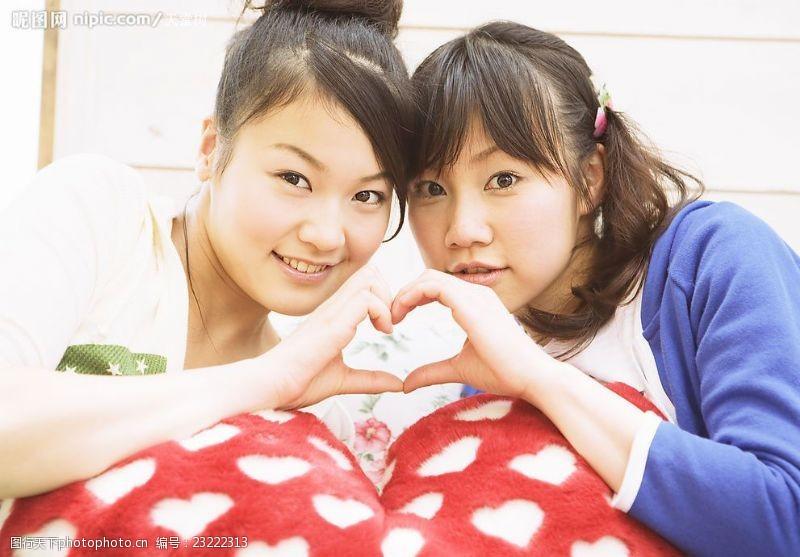手造型摆酷的两个女孩